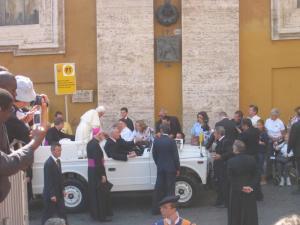 Ватиканское гражданство имеют Папа Римский, его ближайшие сотрудники, около 50 Кардиналов, швейцарские гвардейцы и т.д.