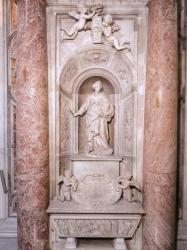 Статуя Великой графини Матильды Каносской над ее саркофагом в базилике св. Петра в Риме